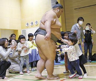 土俵で相撲を取る魁鵬と子どもたち