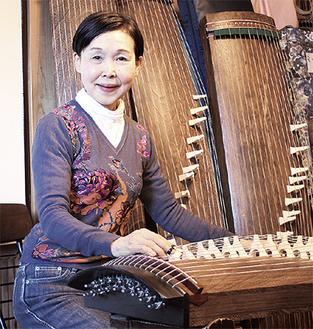 自宅で琴を演奏する小谷さん