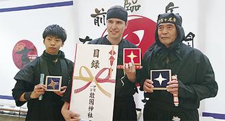 入賞者と並ぶ野口さん(左・提供写真)