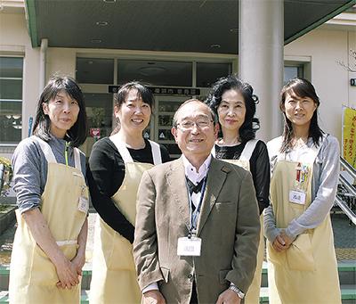 颯田所長(中央)らが出迎える泉寿荘