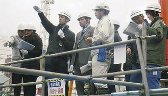 建設現場で説明を受ける職員