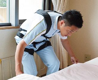 「スマートスーツ」を着用する職員(=芙蓉苑)