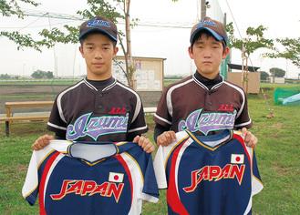 きりりとした表情の三浦さん(左)と佐藤さん