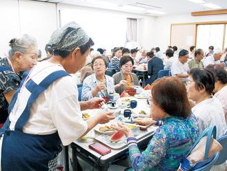 食事を楽しむ参加者たち