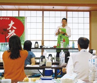 お茶の入れ方を指導する寺村さん