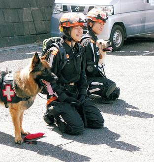 災害救助犬を紹介する訓練士