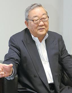 抱負を述べる松信理事長