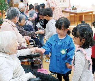 握手を交わす園児と利用者