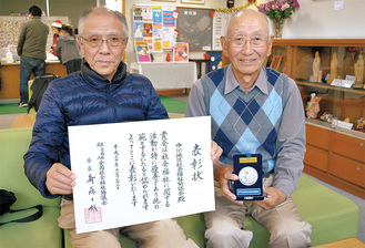 石田会長(左)と熊耳事務局長