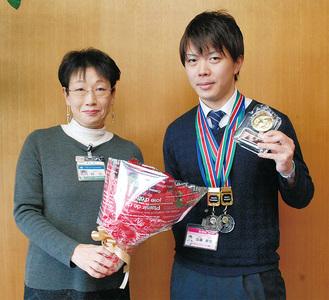 優勝した加藤耕也さん(右)と額田区長
