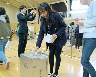 順番に投票していく児童たち