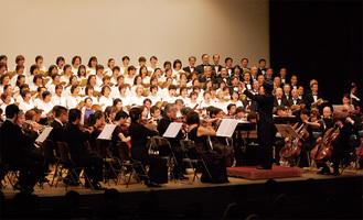 記念合唱団とオーケストラのコラボレーション