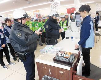 訓練で警察官から事情聴取を受ける店員