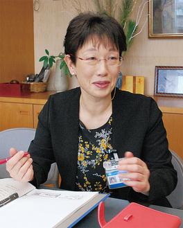 区予算について説明する額田樹子区長