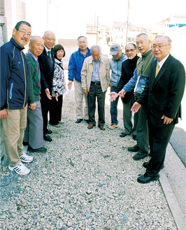 完成した歩道の上で喜ぶ自治会役員ら
