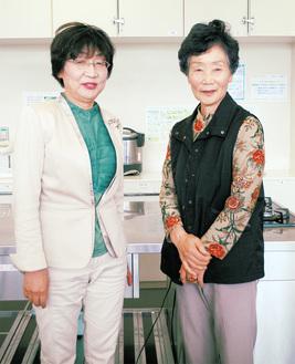 有山朋子館長(左)と小山正子さん