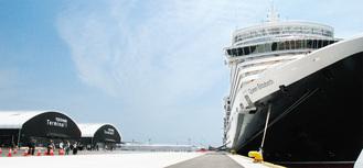 完成した大黒ふ頭客船ターミナル(左奥がCIQ施設)
