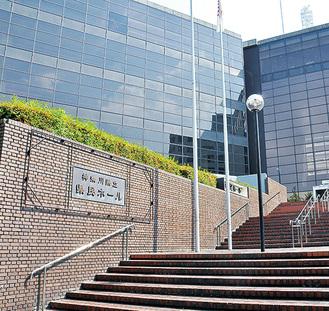 市内の主な劇場『神奈川県立県民ホール』(舞台機構=オーケストラピット)※横浜市の資料より