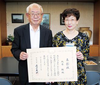 受賞を報告した北原さん(左)と額田区長