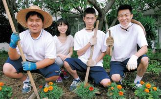 同好会の生徒たち(前列)と松田教諭