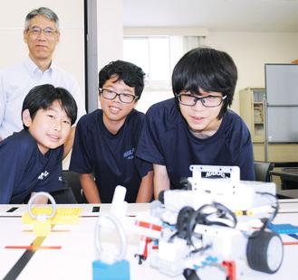 コーチの田中教諭(奥)と(前列左から)尾崎さん、小柳津さん、工藤さん