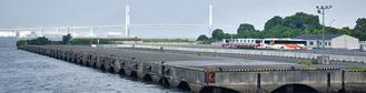 臨港パークに隣接し、みなとみらい橋からその姿を望むことができる