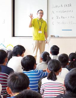 児童に協力を呼びかける加藤さん