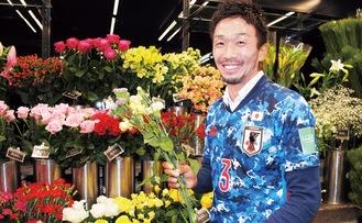 花を持つ手がやさしい飯野さん