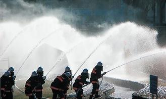 一斉放水する消防団員