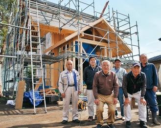 再建中の社殿と氏子や大工たち