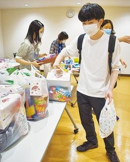 食べ物を受け取る学生