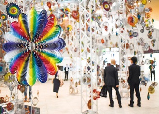 横浜美術館入り口にはニック・ケイヴの「回転する森」を展示