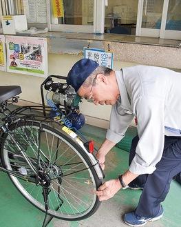 装置を使用する駐輪場の係員
