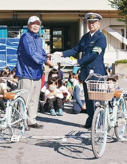 泉RCから安協へ自転車の寄贈式が行われた