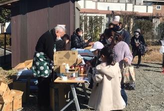 食品を受け取る地域住民