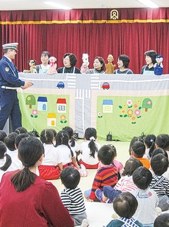人形劇による交通安全教室(泉交通安全協会提供)