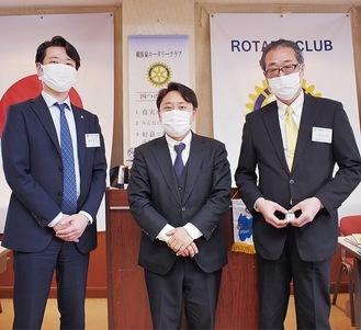 飯田会長(左端)と同日付で入った新会員2人