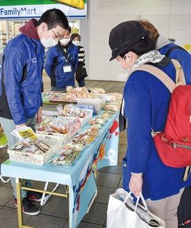 上飯田町の作業所で加工した商品を販売する「でっかいそら」の利用者