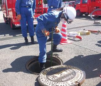 消火栓から取水する団員