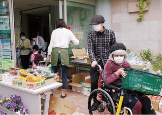 買い物を楽しむ地域住民たち
