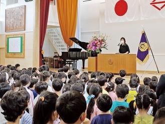 瀧澤校長の言葉に耳を傾ける児童ら