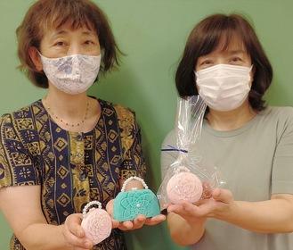 作品を紹介する村上さん(左)と名達さん