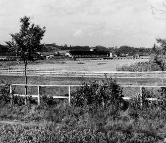 当時の戸塚競馬場。坂本写真の創業者、故・坂本光雄さんが撮影したもの