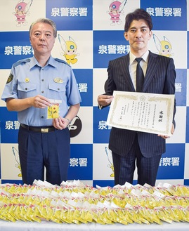 柴田直樹署長(左)から感謝状を受け取った青栁支部長