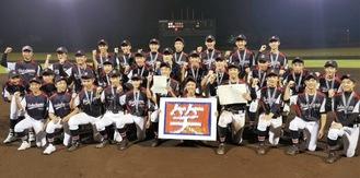 いせはらサンシャイン・スタジアムで行われた神奈川大会決勝戦を制し、全国大会出場を喜ぶ横浜泉中央ボーイズの選手・スタッフたち