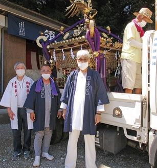 トラックに神輿を載せる関係者たち=提供写真