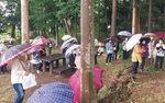 傘をさして観賞する住民たち=丹生谷さん提供