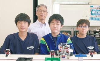 チームの3人とコーチの田中教諭(後列)