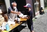 宮ノ前テラスで子どもがいる家庭にお米を配布中
