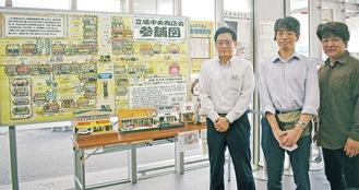 宣伝コーナーの前に立つ、左から白石支店長、青木会長、マップ作者の吉野さん